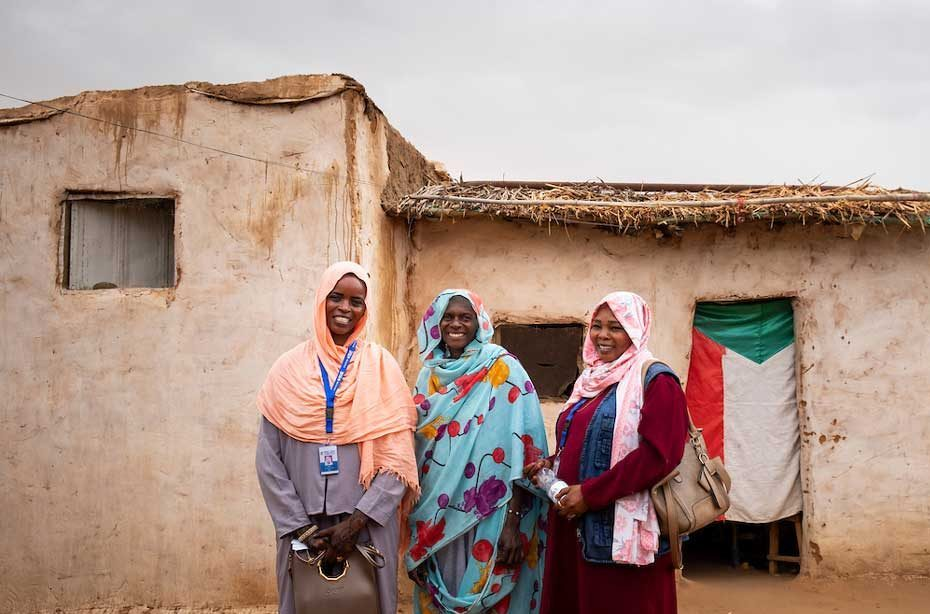 Medina Adam Jado started her own kitchen garden last year, consisting of various sacks and a few plots in the ground. Here she is photographed with agriculture field monitors Esra Adam Eltyeb Abaker (left) and Fatima Abdallah Babiker (right). Elie Gardner/RI