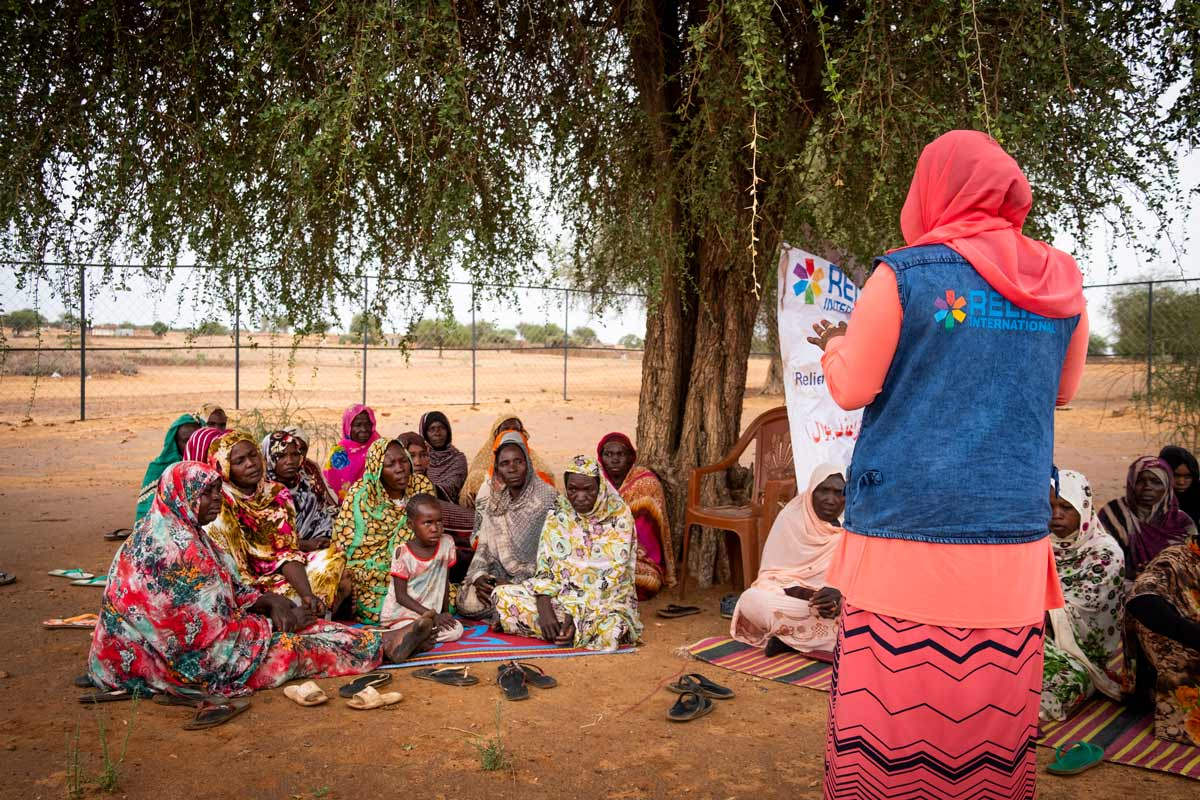 Women and their children gather at the Umgedebbo demonstration garden in North Darfur, Sudan. Elie Gardner/RI