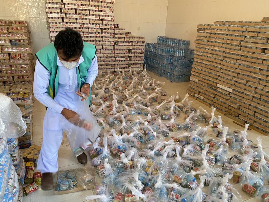 Volunteer-making-food-baskets.jpg